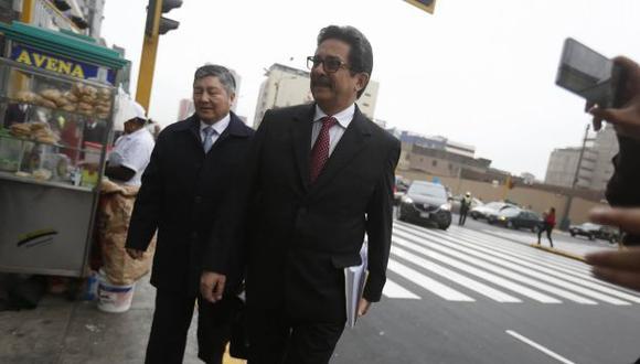 Enrique Cornejo llegó acompañado de su abogado. (César Campos)