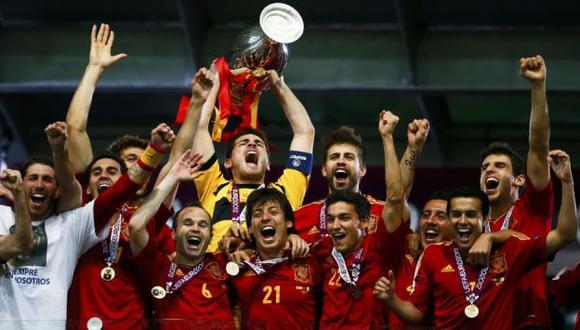 LA CONQUISTA ESPAÑOLA. Casillas encabeza el festejo. Torres, Ramos,Iniesta, Silva, Piqué, entre otros, explotan. (Reuters)