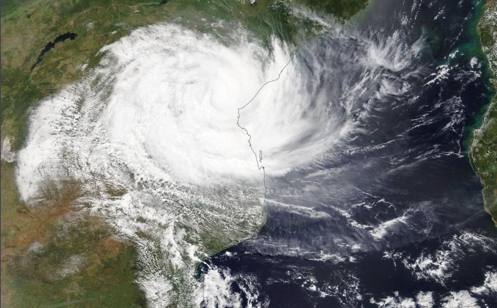 EPA9004. (MOZAMBIQUE), 15/03/2019.- Imagen tomada por satélite que muestra el ciclón Idai mientras llega, este viernes, a Mozambique. El impacto del ciclón tropical Idai ha causado al menos 122 muetos y más de un millón de damnificados. (EFE)