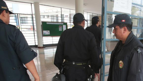 Policía resguarda universidad. (Martín Pauca)