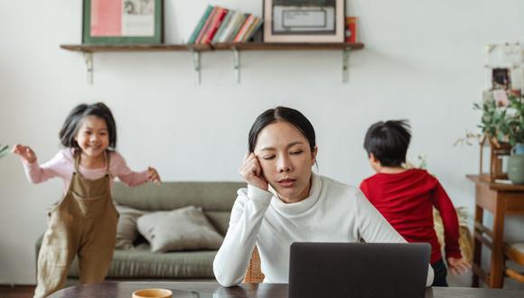 Hay que tener cuidado en cómo reaccionamos ante situaciones de estrés, como estar trabajando y que tu hijo quiera jugar. (Foto: Ketut Subiyanto / Pexels)