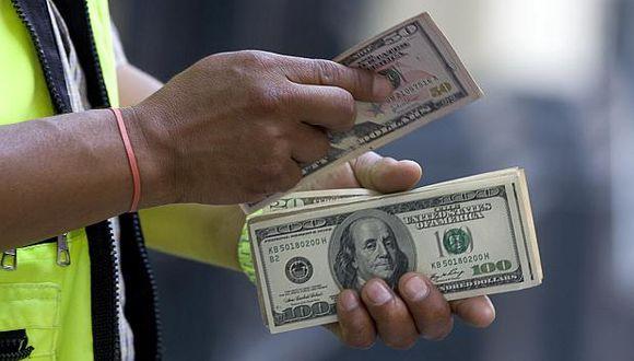 En los bancos, el dólar cotizaba a S/3.434 la venta este viernes. (Foto: El Comercio)