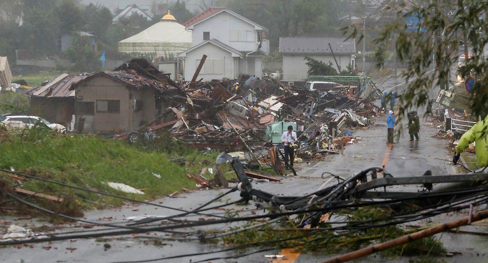 Los residentes controlan las viviendas dañadas por los fuertes vientos provocados por el tifón Hagibis en Ichihara, prefectura de Chiba, el 12 de octubre de 2019. (Foto: AFP)