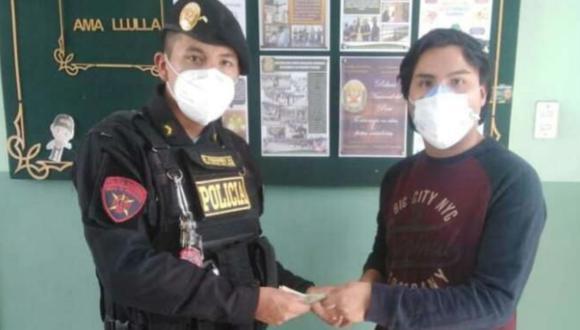 Arequipa: Joven extravió 1520 soles del bono del gobierno y honesto policía se lo devuelve.  (Foto: PNP)