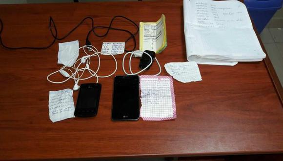 La Policía decomisó dos celulares en el penal de Picsi, que incluso tenían aplicaciones de redes sociales. También se decomisaron manuscritos con cuentas bancarias y los números de sus posibles víctimas.