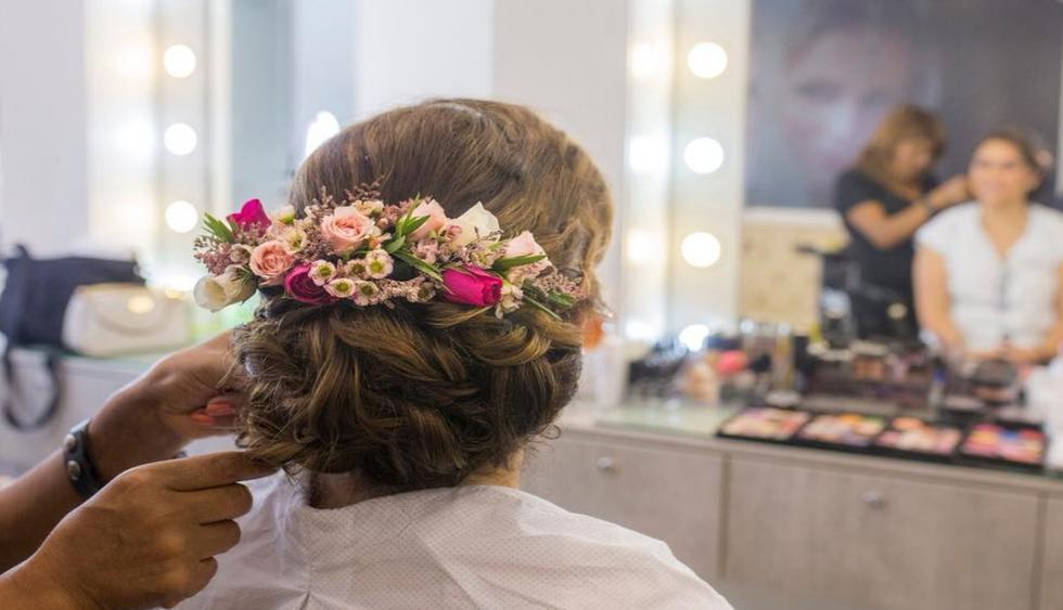 Los claveles y las mini rosas son las bases de estos tocados. (Foto: Difusión)