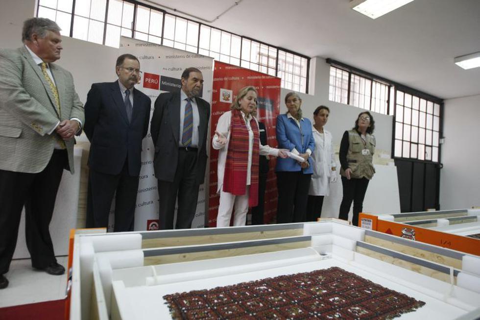 Ministra de Cultura, Diana Alvarez Calderón, mostró hoy a la prensa los cuatro mantos Paracas devueltos por Suecia, antes de ser restaurados e instalados en un museo de Lima para futura exhibición. (Mario Zapata)