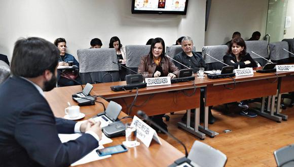 Reveladores informes. Periodistas, entre ellas nuestra directora Cecilia Valenzuela, expusieron sus investigaciones en el Congreso. (César Campos)