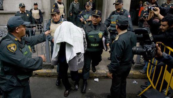 NO DIO CARA. Vásquez estuvo cubierto con una manta durante su traslado a Piedras Gordas I. (Alberto Orbegoso)