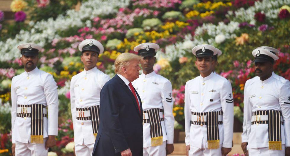 El presidente de los Estados Unidos, Donald Trump, revisa a un guardia de honor durante una recepción ceremonial en Rashtrapati Bhavan - El Palacio Presidencial en Nueva Delhi. (AFP)