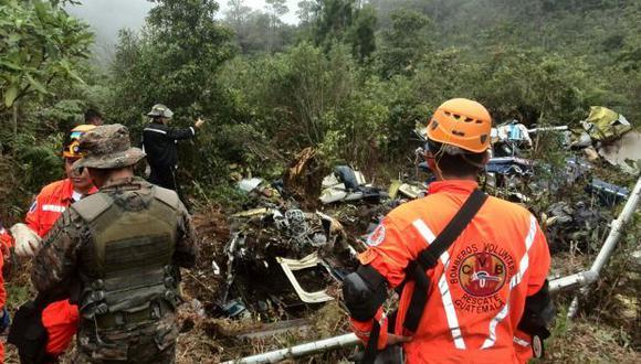 Las lluvias han dejado este año a 291.121 personas afectadas en todo Guatemala. En la foto, bomberos voluntarios de Guatemala asisten una emergencia. (Foto referencial: AFP)