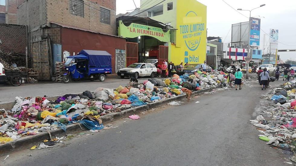 Los comerciantes arrojan la basura a la vía pública de forma indiscriminada. (Foto: Alan Benites)