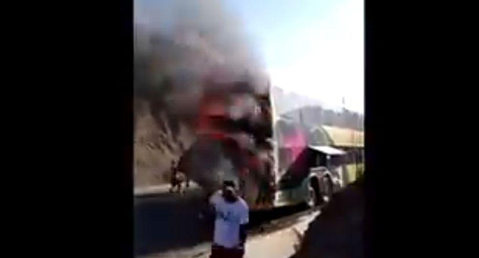 Imágenes difundidas por el medio periodístico, se observa la intensa humareda producto del incendio. Además, la desesperación de algunos pasajeros, quienes intentan salvar algunas de sus pertenencias. (Foto: Captura Canal N)