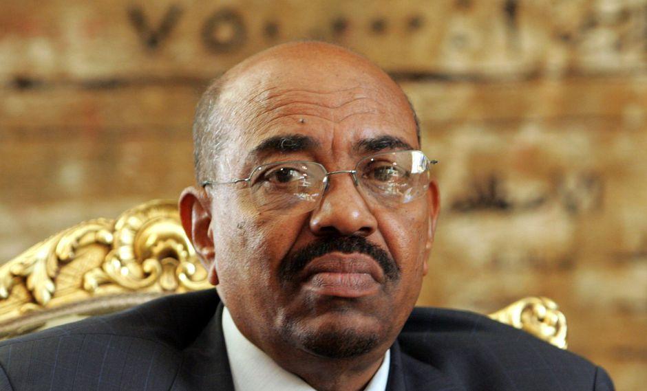 Bashir, de 75 años, estaba detenido por los militares en un lugar mantenido en secreto desde su arresto tras el golpe con el que lo destituyeron. (Foto: EFE)