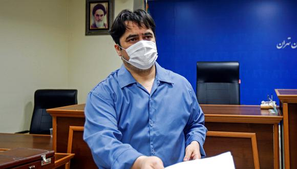 Ruhollah Zam, un periodista disidente que fue capturado en lo que Teherán llama una operación de inteligencia, es visto durante su juicio en Teherán, Irán. (Reuters/Agencia de Noticias Mizan / WANA ).