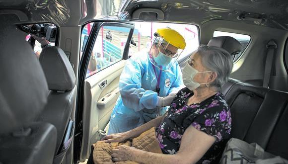 En primera línea. La priorización de la inmunización a los adultos mayores permitirá reducir la mortalidad en ese sector tan vulnerable. (Foto: Joel Alonzo/GEC)