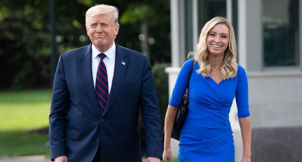 El expresidente de los Estados Unidos, Donald Trump, camina junto a la entonces secretaria de prensa de la Casa Blanca, Kayleigh McEnany, el 15 de setiembre de 2020. (SAUL LOEB / AFP).