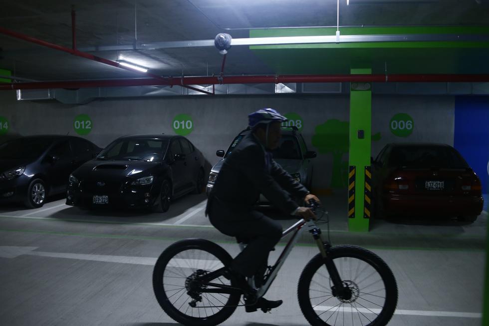 Comisión de Descentralización debatirá gratuidad de estacionamiento en centros comerciales. (Luis Centurión/Perú21)