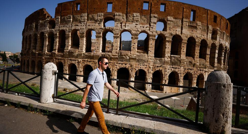Una persona camina sin usar una mascarilla en Roma, Italia, el 28 de junio de 2021. (REUTERS/Guglielmo Mangiapane).