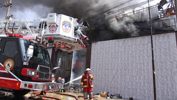 Incendio en fábrica de zapatos en Independencia. (Andina)
