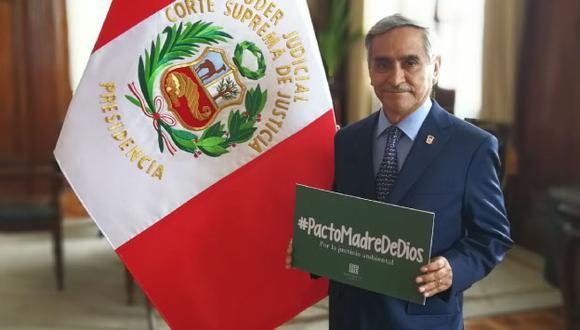 Duberlí Rodríguez junto con el documento que le entregará al Santo Padre. (Poder Judicial)