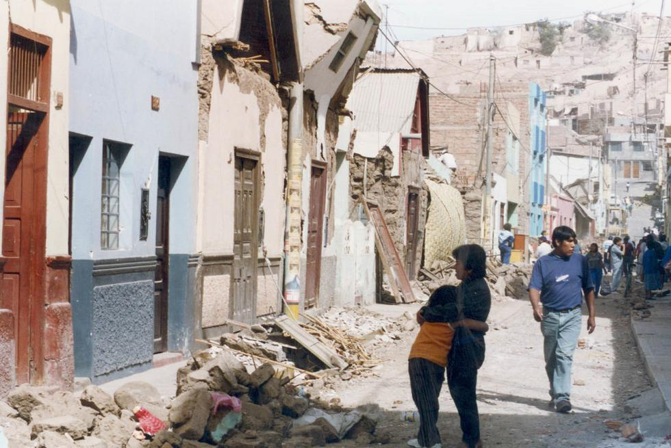 Madre con su hija mirando su vivienda afectada por el terremoto del 23 de junio del 2001. (Foto: GEC Archivo)