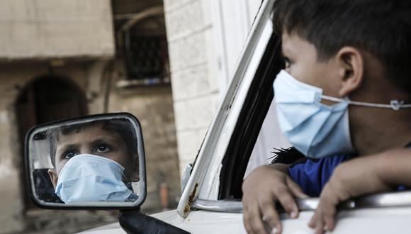 El virus puede dañar la salud física a largo plazo de los niños infectados, también puede tener efectos emocionales y en salud mental. (Foto: MOHAMMED ABED / AFP)