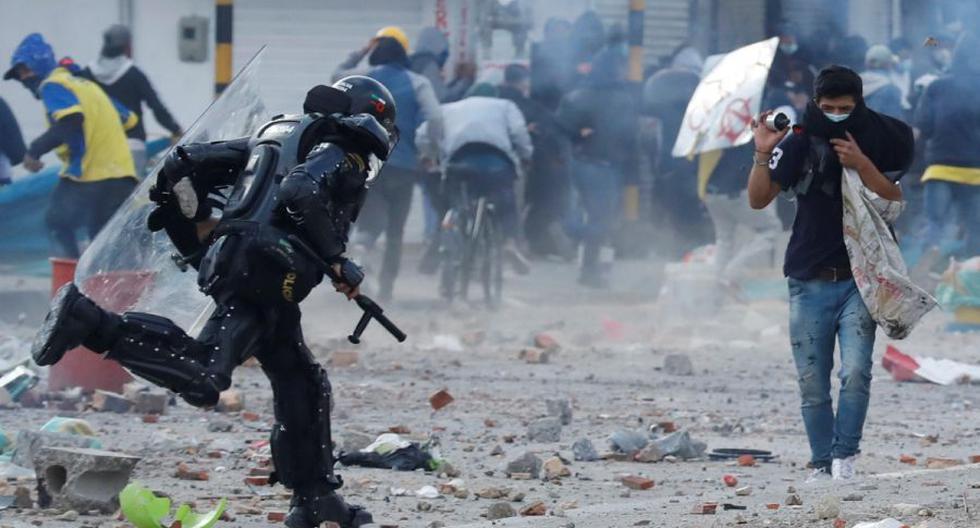 Imagen referencial. Integrantes del Escuadrón Móvil Antidisturbios (ESMAD) y manifestantes se enfrentan durante una nueva jornada de protestas, en el sur de Bogotá (Colombia). (EFE/ Mauricio Dueñas Castañeda).