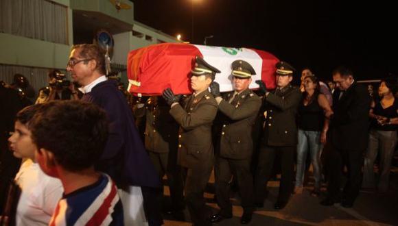 DUELO MILITAR. Autoridades militares y civiles recibieron ayer el cuerpo del capitán Parra del Carpio. (Andina)
