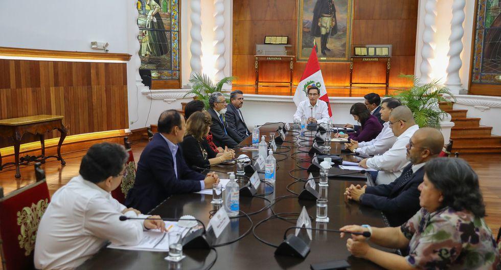 Martín Vizcarra junto a sus ministros de Estado.