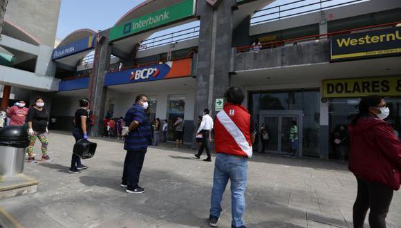 Filas en los exteriores de centros bancarios. (GEC)