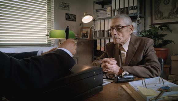 Sergio es contratado para trabajar como un agente encubierto en una misión dentro de un geriátrico de Chile.