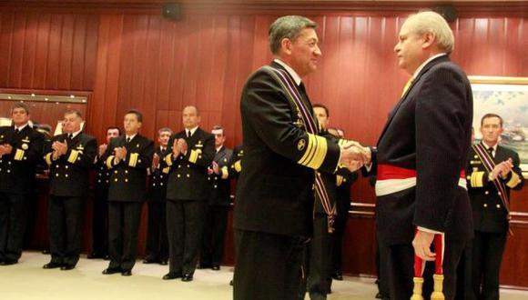 Pedro Cateriano condecoró al comandante general de la Armada de Ecuador. (Difusión)