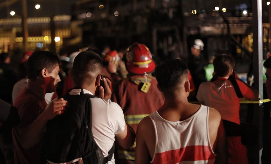 Momentos de dolor e incertidumbre se viven en el terminal de Fiori tras el incendio que dejó 20 muertos. (Foto: Renzo Salazar / GEC)