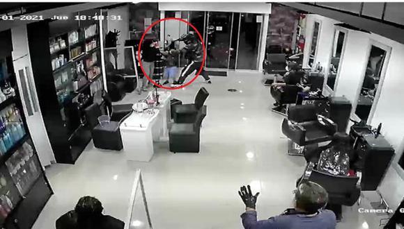El asalto ocurrió en la peluquería ubicada en la cuadra 2 de la avenida Mello Franco, en Jesús María. (Captura: América Noticias)