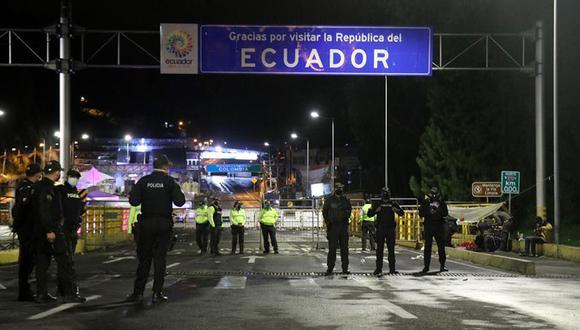 Agentes de la policía ecuatoriana bloquean el acceso al puente de Rumichaca, en la frontera con Colombia. (Foto: EFE/Xavier Montalvo).