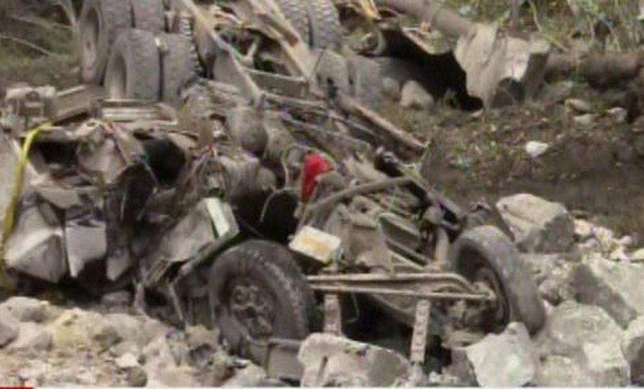 Las autoridades investigan cuál fue la causa que originó que el conductor se saliera de la vía. (Foto: Captura/América Noticias)