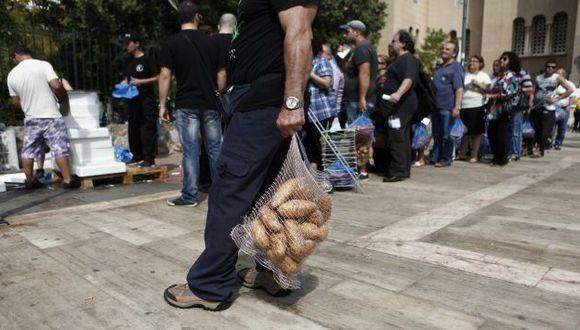 Neonazis también reparten víveres a angustiados griegos sin empleo. (AP)