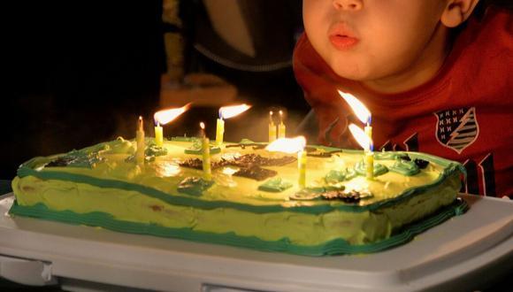 Un cumpleañero la pasó muy mal después de apagar las velas de su pastel para pedir un deseo. (Crédito: Pixabay/Referencial)