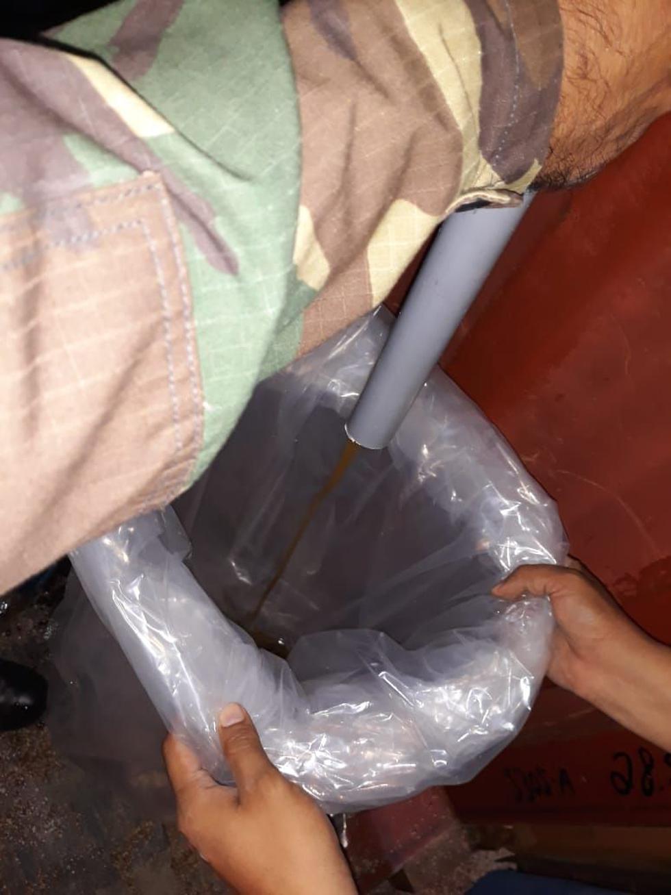 Los 40 litros de droga líquida estaban camuflados en la estructura de un contenedor. (PNP)
