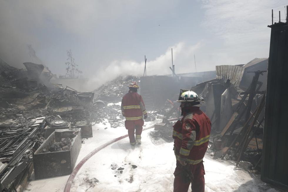 Dos bomberos resultaron con quemaduras en el cuerpo cuando intentaban controlar un incendio en un almacén de Villa El Salvador. (Renzo Salazar/GEC)