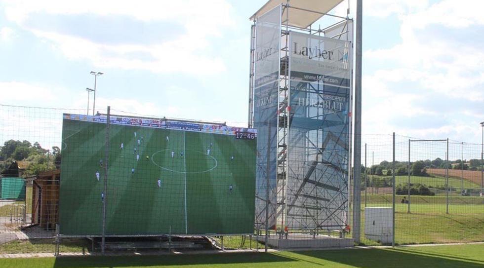 Hoffenheim instaló una panatalla gigante en su campo de entrenamiento. (Hoffenheim)