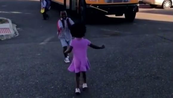 Una niña espera todos los días a que su hermano vuelva a casa de la escuela para recibirlo con un fuerte abrazo. (Foto: Inside Edition en YouTube)