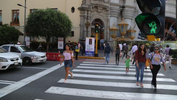 El primer semáforo con igualdad de género está ubicado en la cuadra 4 de la avenida Larco. (Municipalidad de Miraflores)