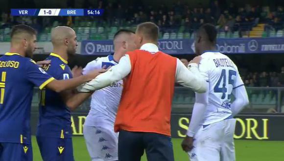 Mario Balotelli explotó ante los insultos racistas desde la tribuna. (Captura: YouTube)