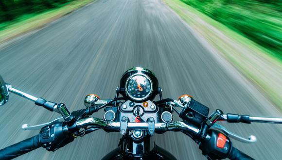 La imprudencia casi le cuesta la vida a un motociclista y puso en peligro a los otros conductores. (Foto: Pixabay/Referencial)