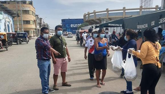 Piura: entregan desayunos a familiares de pacientes COVID-19 que permanecen en exteriores de hospitales (Foto: Municipalidad Provincial de Sullana)