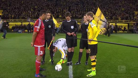 Bürki toma el esférico tras escabullirse entre las piernas de los árbitros.