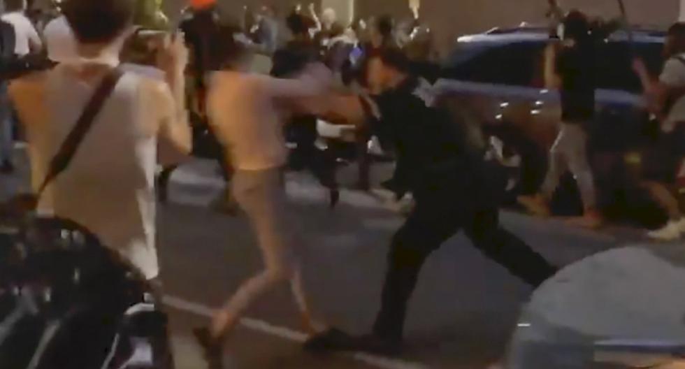 En esta foto del 29 de mayo de 2020 tomada de un video, el oficial de policía de Nueva York Vincent D'Andraia, a la derecha, empuja al manifestante Dounya Zayer en Brooklyn. (Whitney Hu/AP).