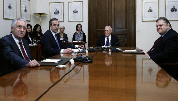 Karolos Papulias junto a líderes políticos. La izquierda radical y neonazis no participaron. (Reuters)